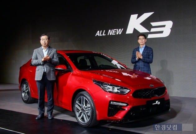 기아자동차 박한우 사장과 권혁호 국내영업본부장이 신형 K3와 함께 기념 촬영을 하고 있는 모습. (사진=기아차)