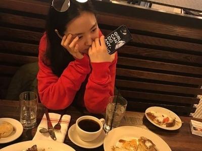 'GIRLS CAN DO ANYTHING'…손나은, 한 장의 사진이 빚은 페미니스트·담배 논란