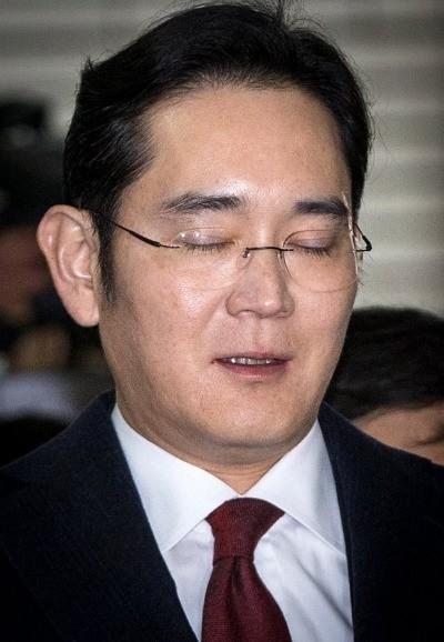 이재용 삼성전자 부회장이 12일 서울 대치동 특검사무실에 피의자 신분으로 조사를 받기 위해 출석하고 있다.   최혁 한경닷컴 기자 / chokob@hankyung.com