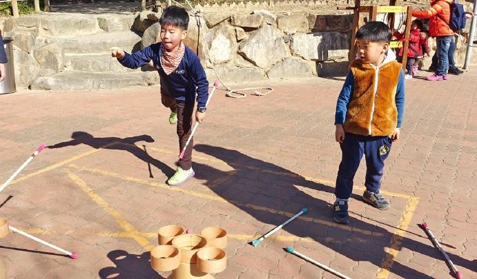 경남 국립김해박물관에서 어린이들이 민속놀이 체험을 하고 있다. 국립김해박물관 제공