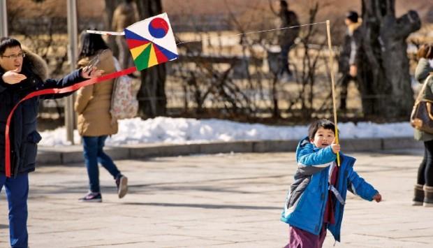 국립민속박물관에서 한 어린이가 전통 연날리기 체험을 하고 있다. 국립민속박물관 제공