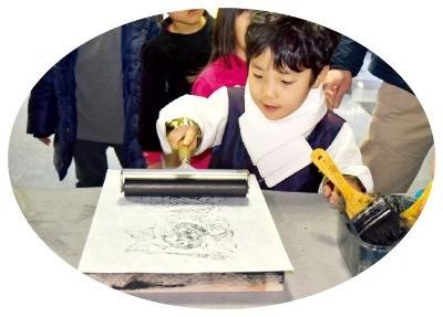국립광주박물관에서 한 어린이가 전통 부적찍기 체험을 하고 있다.  국립광주박물관 제공
