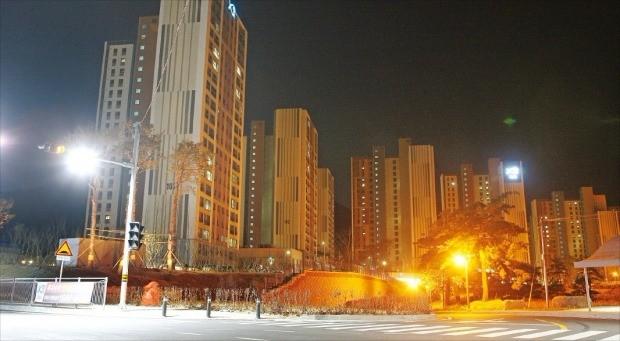 < 깜깜한 거제 아파트 > 지난 12일 오후 9시에 촬영한 경남 거제 옥산리 '오션파크자이' 아파트. 지난해 9월 준공했지만 절반도 입주하지 않아 건물의 전등은 대부분 꺼져 있다. 전체 783가구 중 223가구가 미분양으로 남아 있다.  /양길성 기자 vertigo@hankyung.com