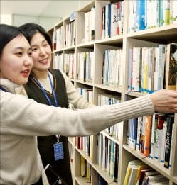 한국콜마 직원들이 서초동 서울사무소 9층 사내도서관에서 책을 고르고 있다.  /한국콜마 제공