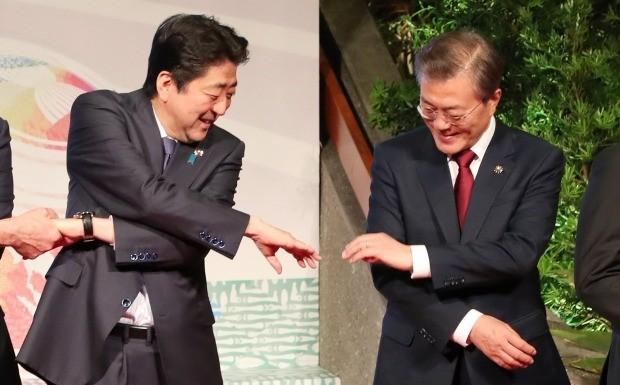 지난해 11월 필리핀에서 열린 제12차 동아시아정상회담에 참석한 문재인 대통령(오른쪽)과 아베 신조 일본 총리. / 사진=연합뉴스