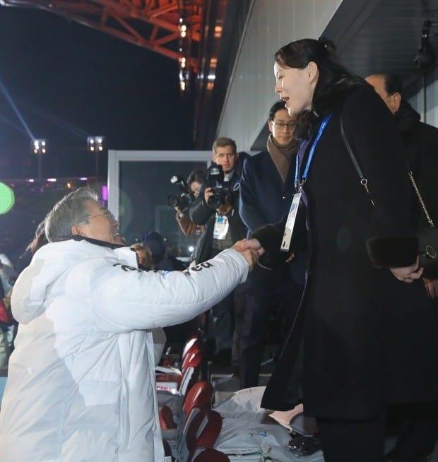 악수하는 문재인 대통령과 북한의 김여정 노동당 중앙위 제1부부장 /사진=연합뉴스