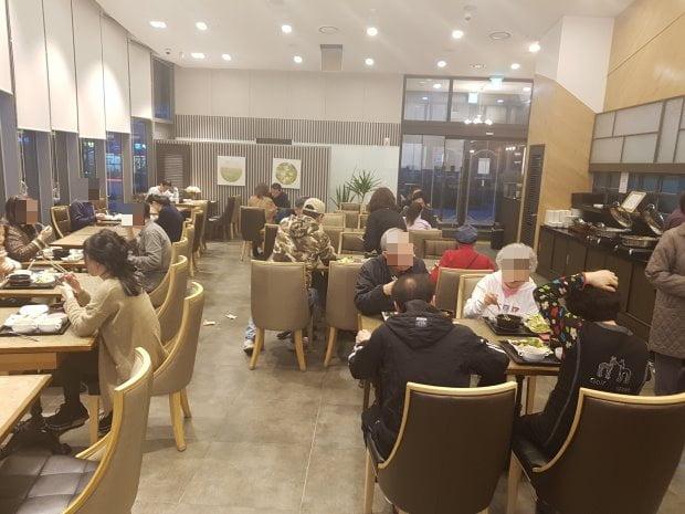 14일 저녁 레이크라운지에서 입주민들이 저녁식사를 즐기고 있다. 김형규 기자