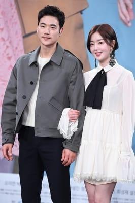 김강우-한선화, '팔빵끼고 다정하게~'