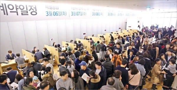 올해 서울에서 처음으로 분양한 대단지 아파트 'e편한세상 보라매 2차' 모델하우스가 방문객들로 북적이고 있다.  대림산업  제공