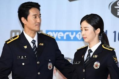 신현준-이청아, '경찰 제복 위 눈에 띄는 노란 리본'