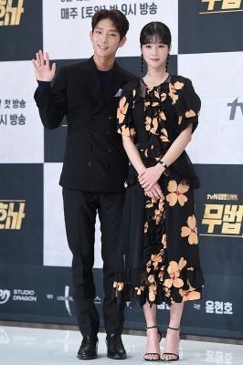 이준기-서예지, '다정한 커플 포즈~'