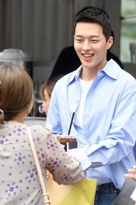 장기용, '팬 바라보며 환한 미소~'