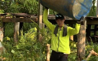 '정글의 법칙' 토니안, 생존 첫 작업은 화장실 만들기?