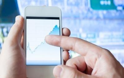 스마트폰 수요 둔화 전망…부품주 투자전략은?