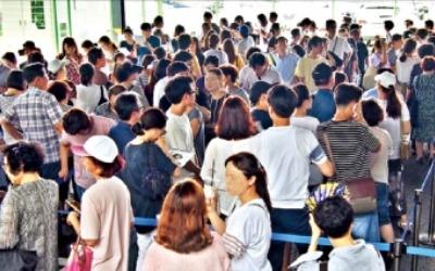 10여년 만에 철산동 새 아파트… 불볕더위에도 예비청약자 '북적'