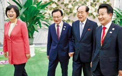 """""""핵 없는 평화시대 천명"""" vs """"북핵 숨기고 우리는 무장해제"""""""