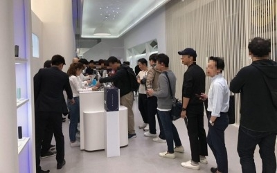 KT&G 궐련형 전자담배 '릴' 스토어 오픈 첫날 방문객 북적