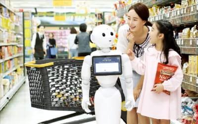 '유통산업 신세계'여는 신세계…안내 로봇·자율주행 카트 개발