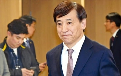 """경기침체에 또 못 꺼낸 금리인상 카드…전문가 90% """"11월엔 올린다"""""""