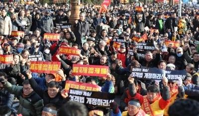 '카풀 반대' 택시기사 또 분신…난처해진 카카오