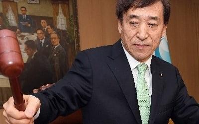 """'매의 발톱' 숨긴 한은…""""금리 인하 깜빡이 켰다"""""""
