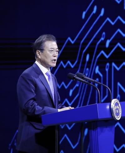 """문 대통령 """"삼성 투자, 세계1위 DP 경쟁력 지키는 길…제조 강국 출발점"""""""