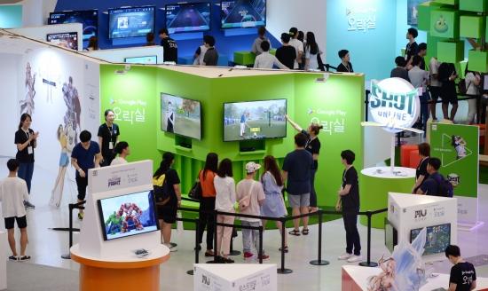 구글코리아가 29일 서울 동대문디자인플라자에 국내 최초로 초대형 오프라인 오락 공간 `구글플레이 오락실`을 오픈해 시민들이 게임을 즐기고 있다. 30여개의 국내외 유명 모바일게임 체험 및 게임관련 조형물 전시를 즐길 수 있다./김범준기자bjk07@hankyung.com<br />