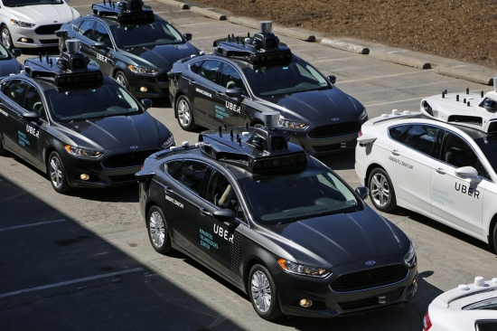 &amp;lt;YONHAP PHOTO-1874&amp;gt; A group of self driving Uber vehicles position themselves to take journalists on rides during a media preview at Uber's Advanced Technologies Center in Pittsburgh, Monday, Sept. 12, 2016. Starting Wednesday morning, Sept. 14, 2016 dozens of self-driving Ford Fusions will pick up riders who opted into a test program with Uber. While the vehicles are loaded with features that allow them to navigate on their own, an Uber engineer will sit in the driver??™s seat and seize control if things go awry. (AP Photo/Gene J. Puskar)/2016-09-14 19:04:01/<br /> &amp;lt;저작권자 ⓒ 1980-2016 ㈜연합뉴스. 무단 전재 재배포 금지.&amp;gt;