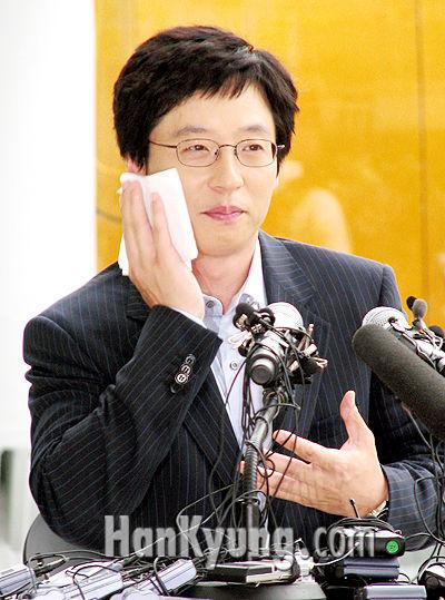 [포토] 유재석, '명수형~ 형도 기자회견 때 많이 떨렸어?'