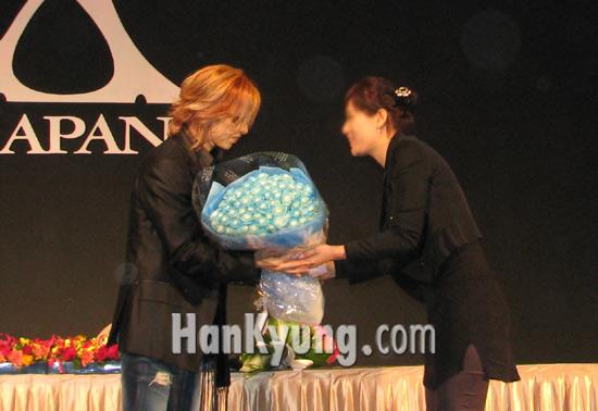 [포토] '엑스재팬의 상징' 장미 선물 받은 요시키
