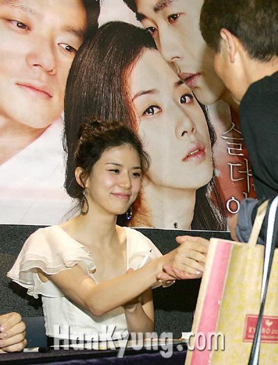 [포토] 이보영, '손도 너무 예뻐요'
