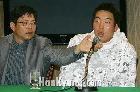 [포토] 김현수, '친절한 양상문 코치님'