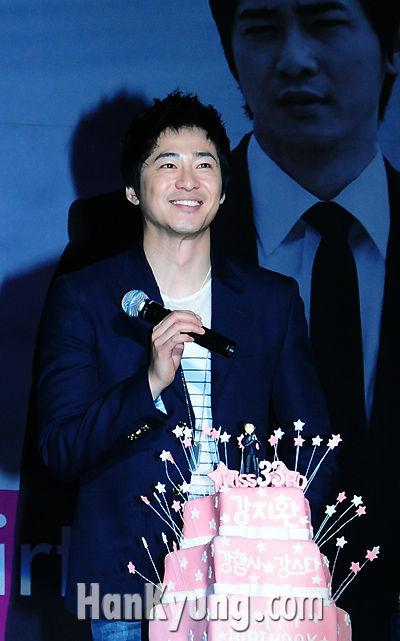 [포토] 강지환 '33번째 생일 케이크는 팬들과 함께'