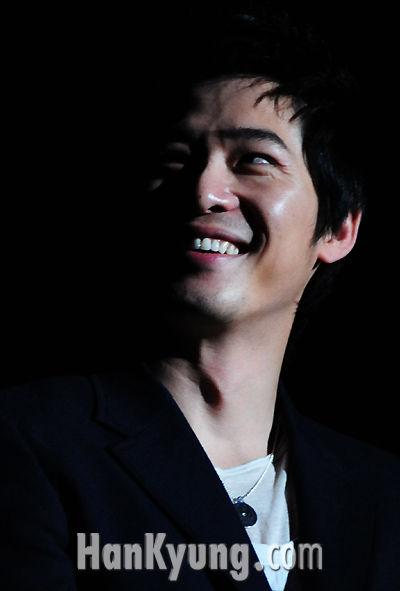 [포토] '어둠 속에서도 빛나는 강지환의 미소'