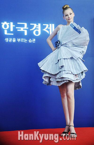 [포토] '예술적 드레스로 승화된 신문'