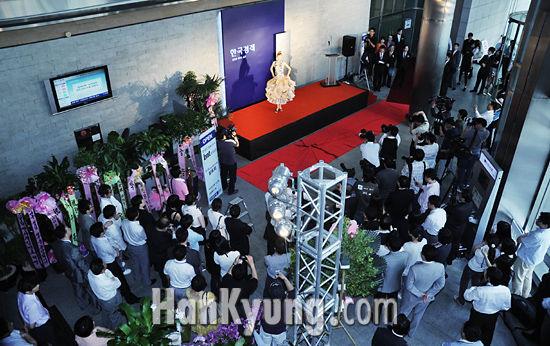 [포토] '신문지 드레스에 이목 집중'