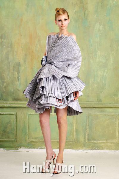 [포토]발상의 전환 '신문지 드레스'