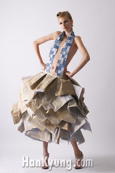 [포토]전혀 새로운 패션, 신문지 드레스