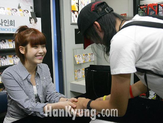 [포토] 여고생 가수 아이유, '악수도 정성스럽게'