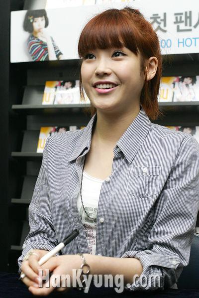 [포토] 여고생 가수 아이유, '밝은 미소로'