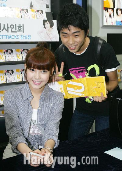 [포토] 여고생 가수 아이유, '팬과 즐겁게 기념사진을!'