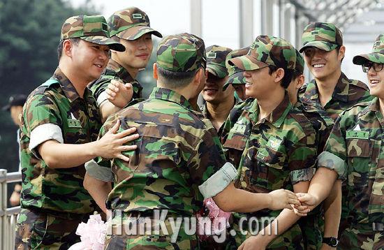[포토] 싸이, '동료 연예병사들의 축하를 받으며'