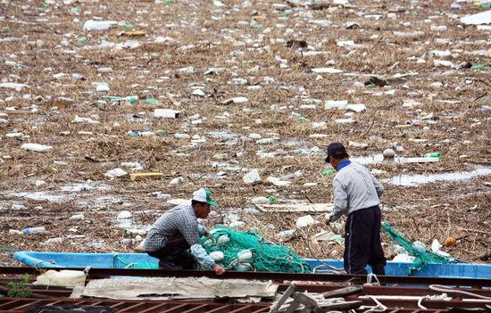 쓰레기 낚는 어민들