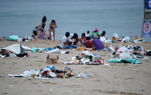양심 실종으로 쓰레기 천지된 경포해변