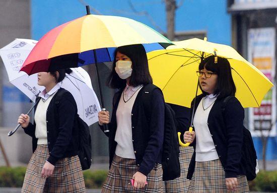 우산에 마스크까지…