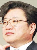 재판받던 이국철과 왜…김준규 처신 '구설수'