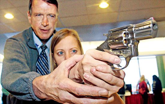 '헌법상 권리' 10명 중  9명 銃 가져…NRA 막강로비…번번이 규제 무산