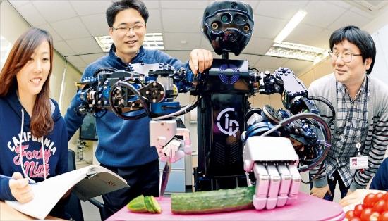 한국과학기술연구원(KIST)은 한국의 핵심 특허와 기술을 개발해온 주역이다. 올 들어 유럽지역으로 로봇 수출을 추진하고 있는 KIST인공지능로봇센터 연구원들이 주방로봇 시로스(CIROS)의 오이 자르기 기능을 시연하고 있다.  신경훈  기자  nicerpeter@hankyung.com