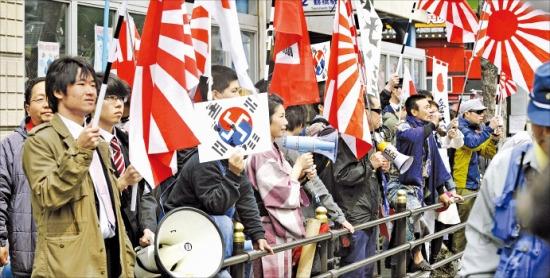'재일특권을 허용하지 않는 시민회' 등 일본 극우 시위대가 오사카 한인 밀집 지역에서 욱일승천기와 플래카드를 들고 시위하고 있다. 오사카연합뉴스