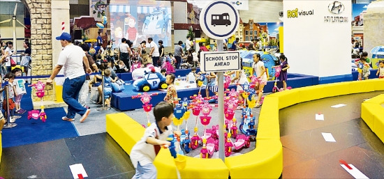 현대자동차와 로이비주얼이 지난해 7월 서울 삼성동 코엑스에서 애니메이션 로보카 폴리를 앞세워 어린이 교통안전 캠페인을 벌이고 있다. 로이비주얼 제공